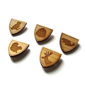 pins de madeira
