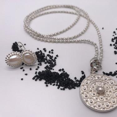 Perlkette mit Anhänger und passenden Ohrringe