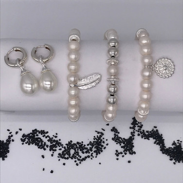 Armbänder und Kreolen mit wunderschönen Perlen