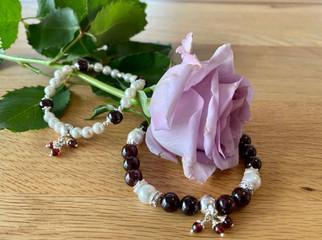 Perlen und Granat Armband.jpg