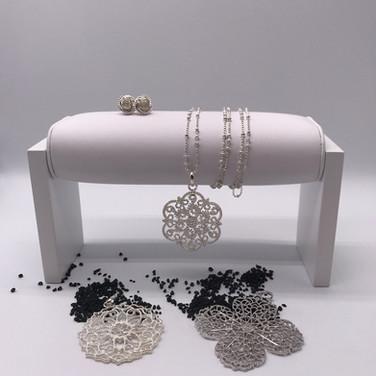 Silberkette mit unterschiedlichen Anhänger. Dazu passende Ohrstecker