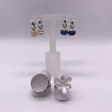 Kreolen und Lalique-Ringe