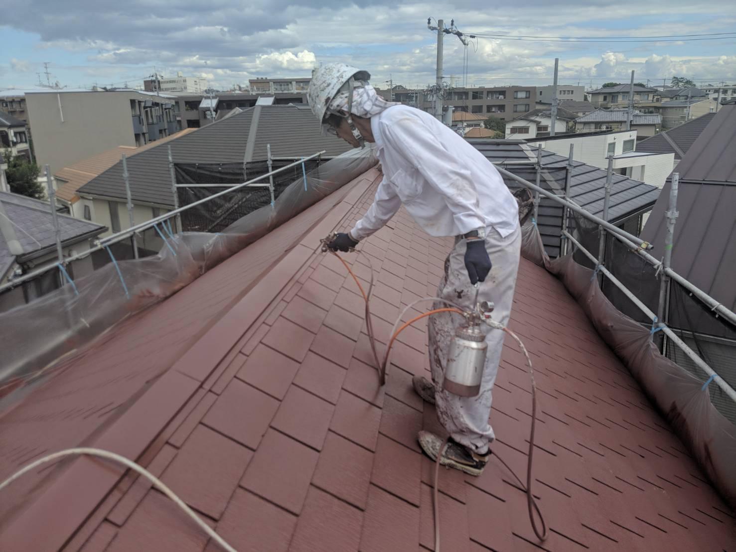 屋根塗布作業中3.jpg