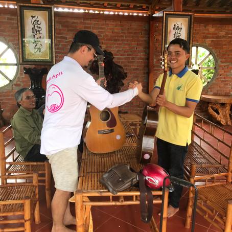 ダクノンにあるchua phuoc quangにギター寄付しました。