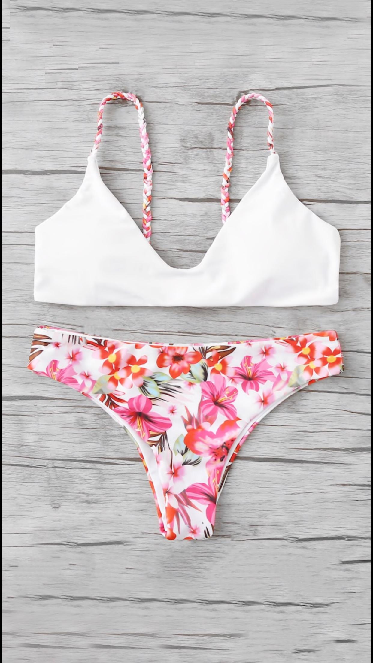 Bikini blanco con flores rosas