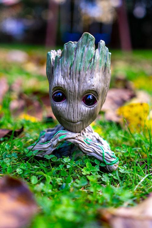 Květináč figurka Groot založené ruce