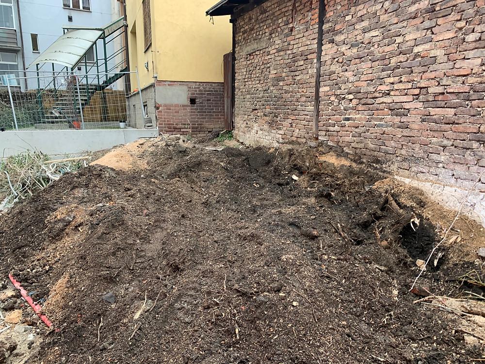 Místo po odrezování pařezu - frezujemeparezy.cz