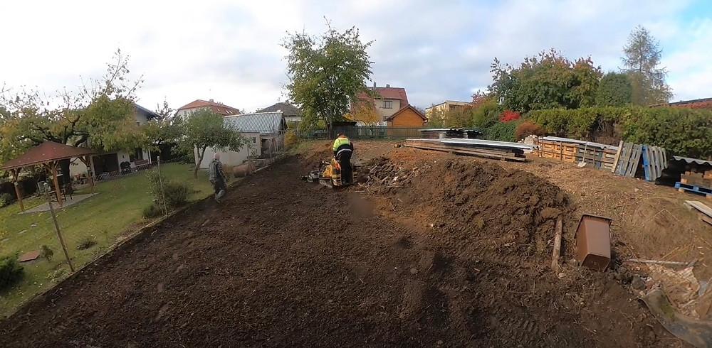 Rovnání a vyčištění pozemku zakládat trávníku - FREZUJEMEPAREZY.CZ