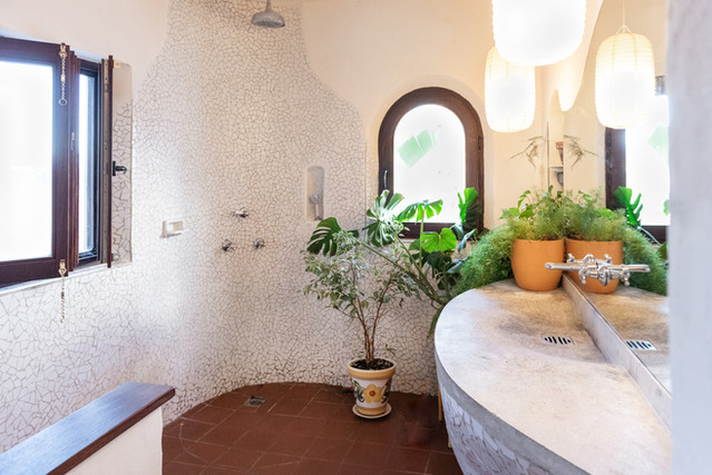 The white cave bedroom's en-suite bathroom