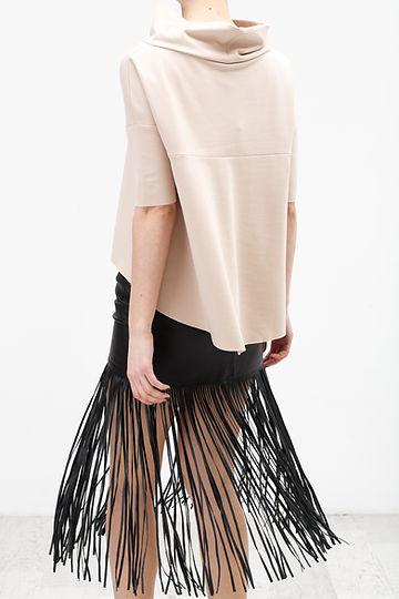 Бежевая блузка и черная юбка