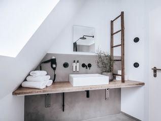 Badezimmer Tisch und Dekoration