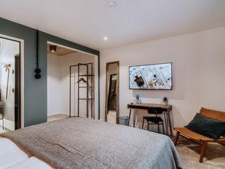 Garderobe und Schreibtisch mit Wandspiegel