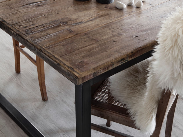 Aus alten Nadelholy handgemachter Tisch mit Metallgestell