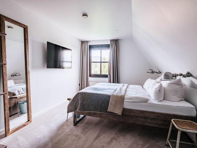Schlazimmer Bett und Nachttische