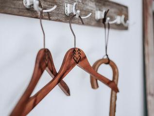 Garderobe mit bearbeiteten Buegeln