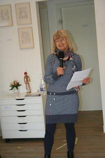 Hanne Petrick hält die Laudatio