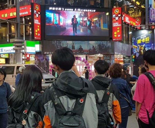 台北西門町武昌 電視牆牌樓2.jpg