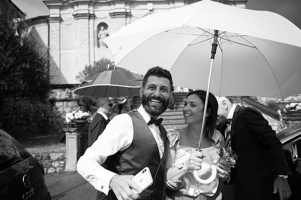 Lo sposo sorridente con wedding planner manager