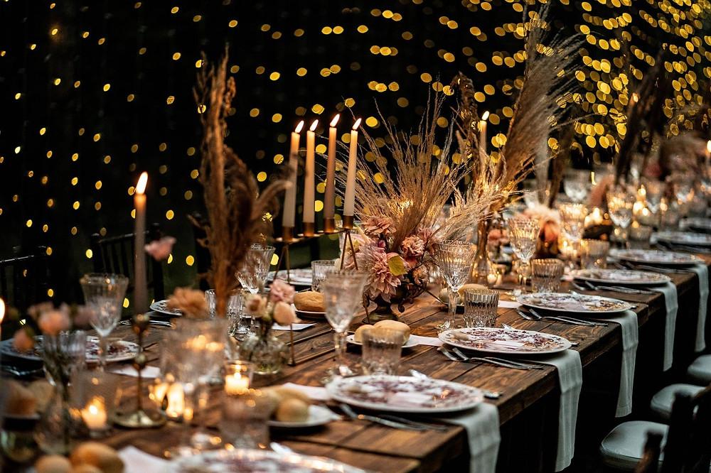Tavolo imperiale rustico, con porcellane e chandelier