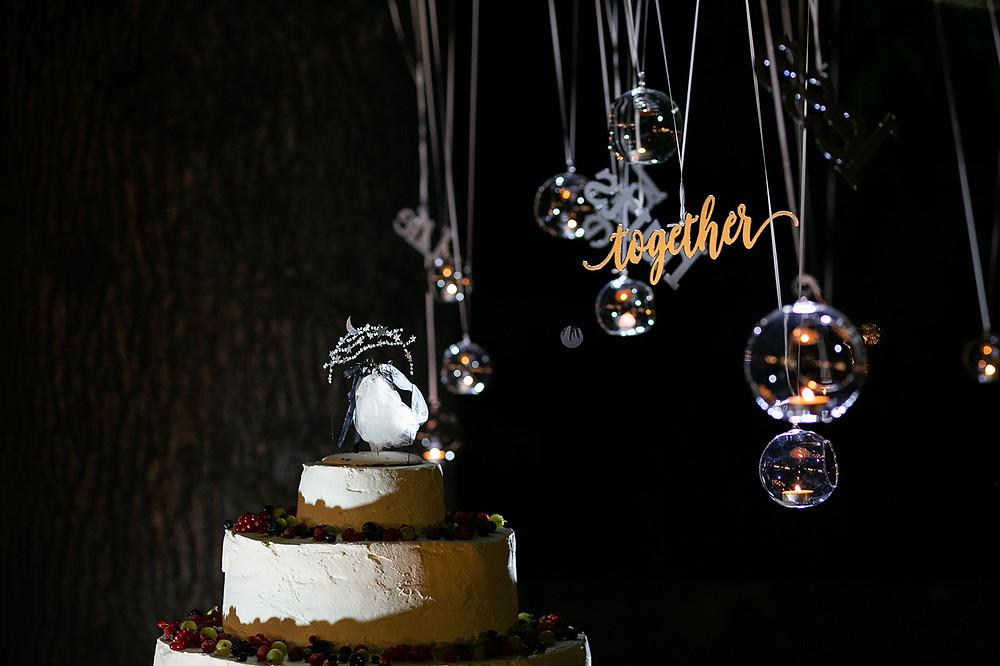 Il taglio torta con il cake topper e le scritte in plexi specchiato e bolle di cristallo con candele