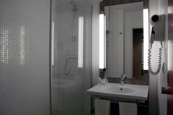 Hotel Kyriad Compiegne salle de bain douche