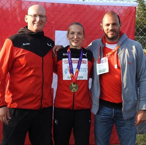 Géraldine Ruckstuhl - U23 Europameisterin 2019, mit den Coaches Terry McHugh (li) und Adrian Rothenbühler