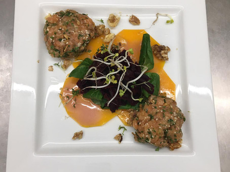 Lachstatar auf Kürbiscarpaccio und Rote Beete Salat