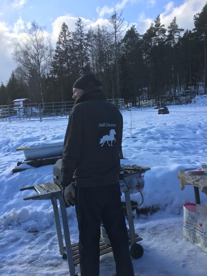 Ulf sköter grillen