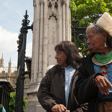 Chiefs Raoni Metuktire and Megaron Txucarrhamãe surprise a girl in front of the Houses of Parliament in London