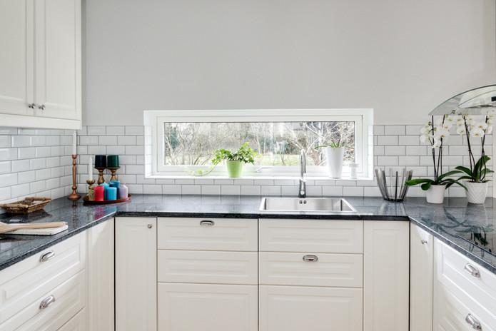 Ljust kök med fönster
