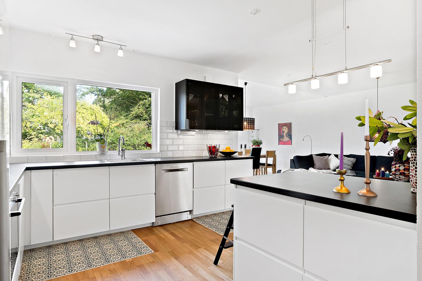 Kök med köksö med fönster