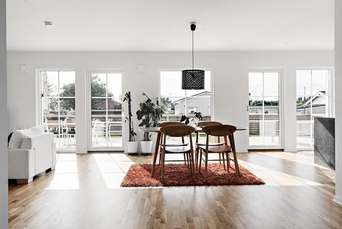 Öppen planlösning med stora fönster