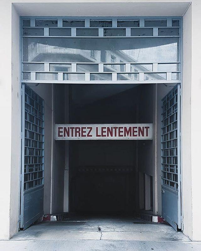 """Entrée de garage dans le 6e arrondissement de Lyon avec panneau """"Entrez lentement"""""""