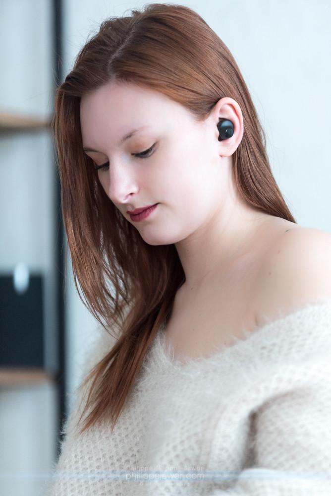 Mathilde porte les écouteurs sans fil Antipods de Divacore