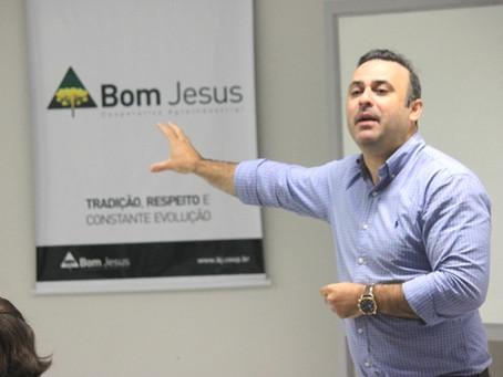 Prof. Dr. Geraldo Chavarria realiza palestra na Cooperativa Bom Jesus