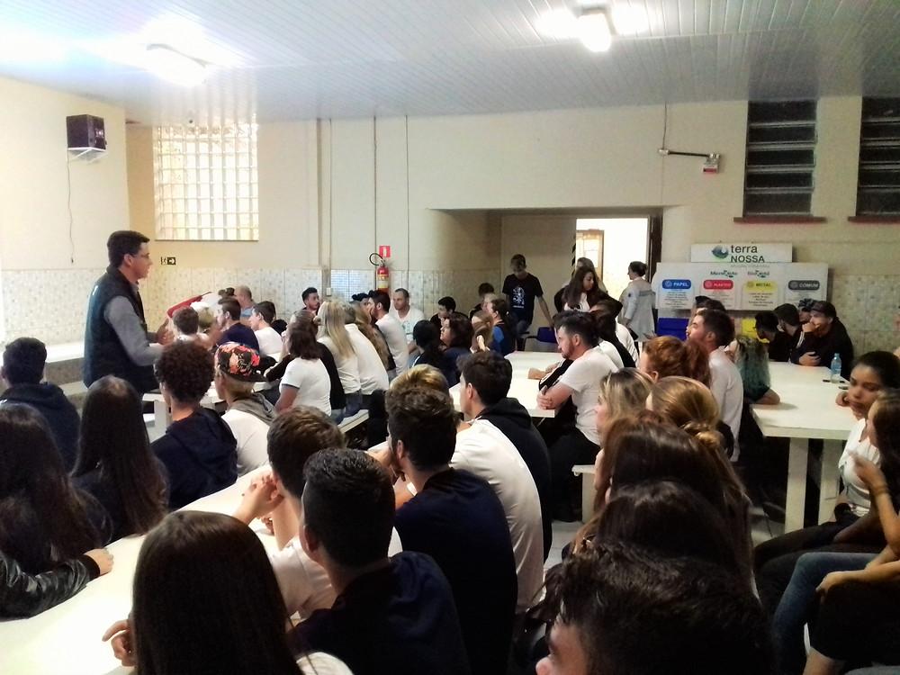 """Alunos do Colégio São Mateus na palestra """"Projeto Renascer"""""""