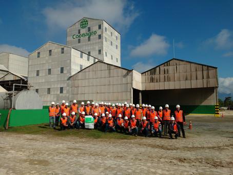 Cooperados visitam a fábrica da Coonagro, em Paranaguá