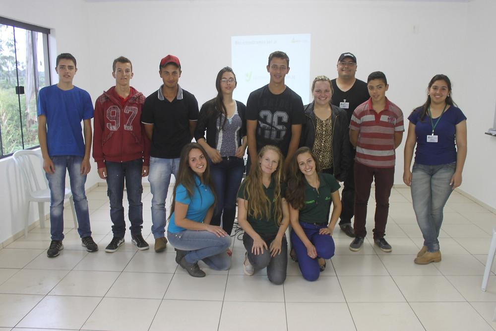Grupo B Jovem São Mateus do Sul reunido no entreposto da Cooperativa Bom Jesus
