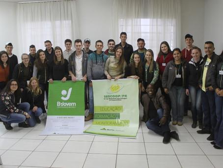 Jovens realizam reunião para alinhamento anual do trabalho