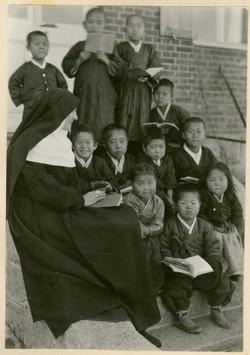 아이들을 가르치시는 크리소스토마 수녀님