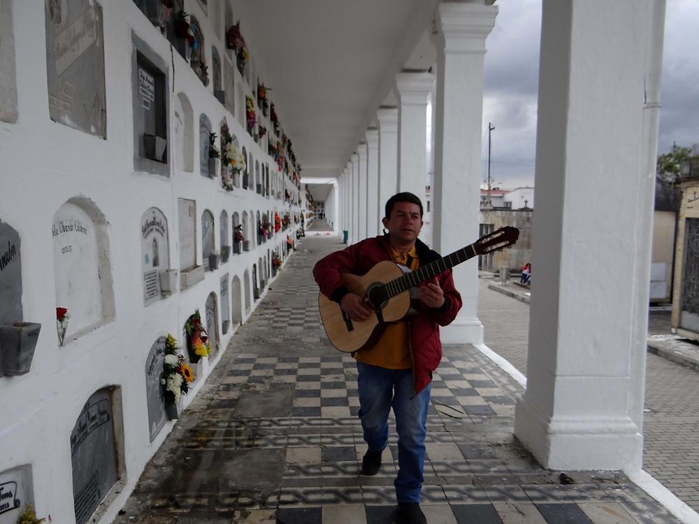 FOTO: Fernando Bedoya en el Cementerio Central de Bogotá con su guitarra.
