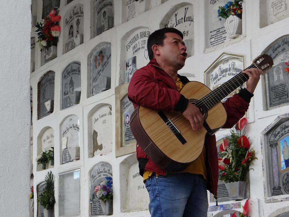 FOTO: Fernando interpreta sus canciones al lado de lastumbas.