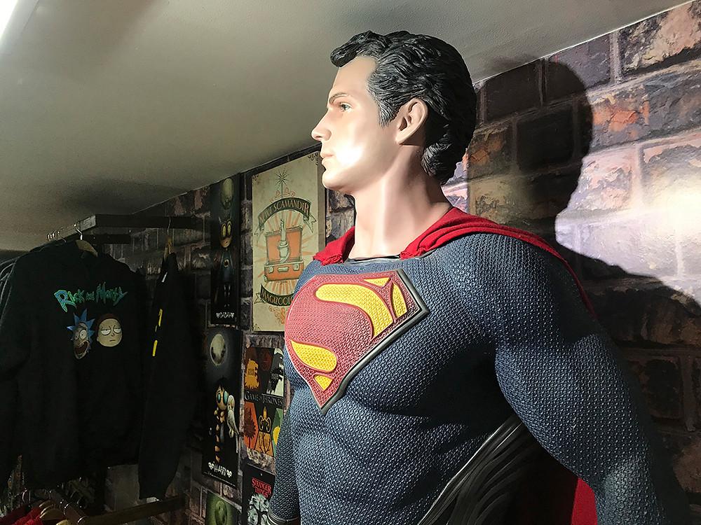 FOTO: Una estatua tamaño real de Henry Cavill en su papel de Superman es quien recibe a los clientes de Planet Comics