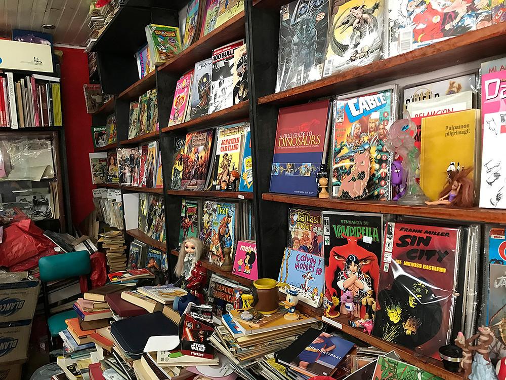 FOTO: El Loco Pensante tiene un altar dedicado solo a cómics