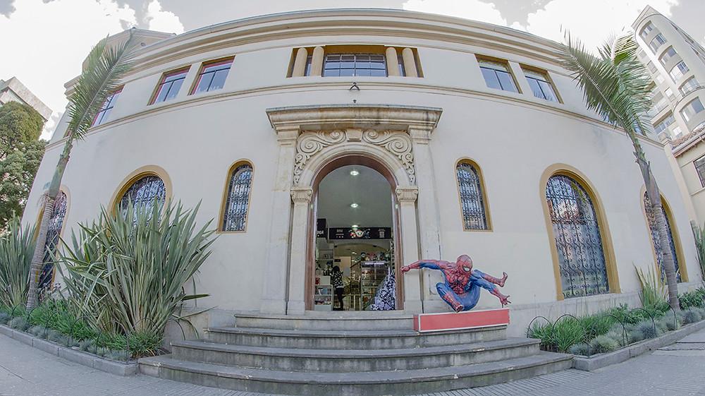 FOTO: La estatua de Spider-Man que indica si la tienda está abierta