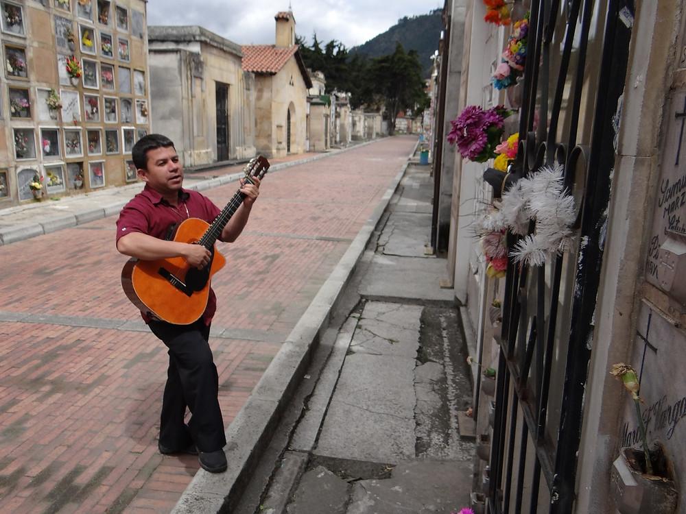 Foto: Con su guitarra le canta a miles que ya no escuchan.