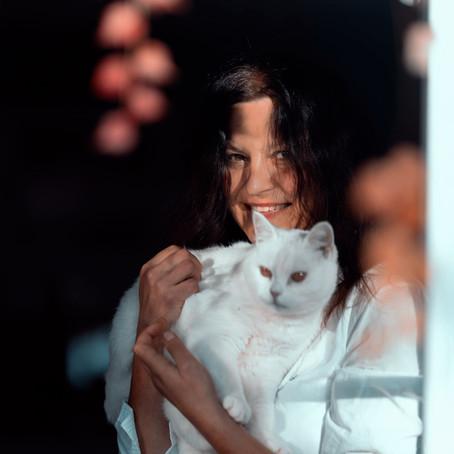 Die Frau und ihre Katzen