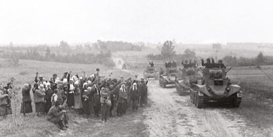 Местные жители встречают советские танки