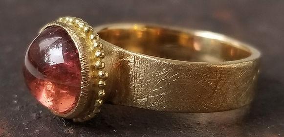 bague de createur en or et pierre de couleur réalisée à la main pièce unique