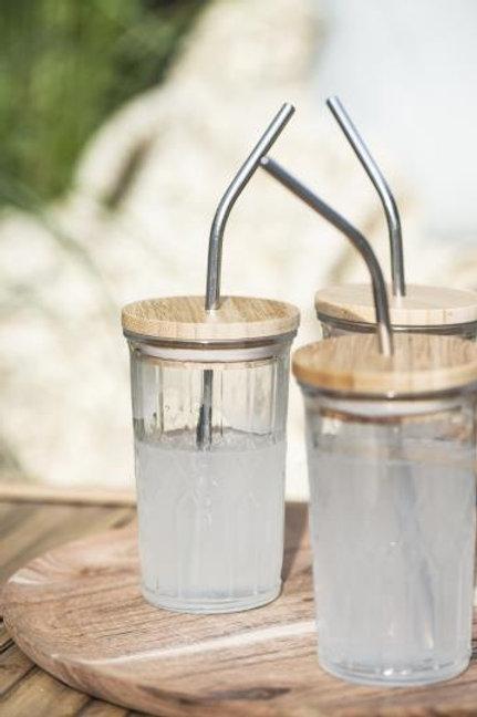 Glass med bambuslokk og metallsugerør